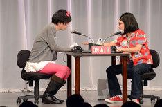 コント「Music Box」(2009年作)を披露するカナリア。