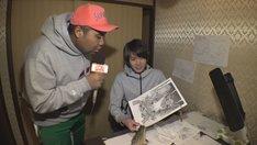 マンガ家志望の若者をリポートするアントニー(左)。(c)CBC