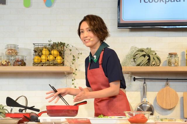 料理を作る和田明日香。