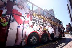 「超くっきーランド in 台北」仕様のラッピングバスとくっきー。