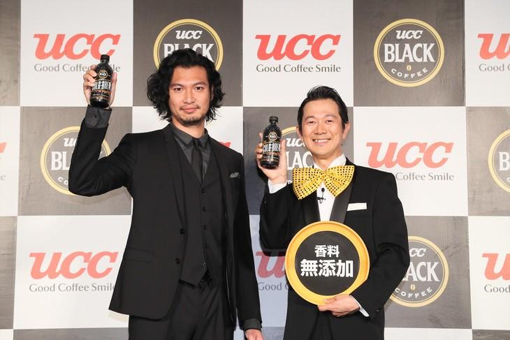 UCC上島珈琲株式会社の新テレビCM発表記念イベントに出演した(左から)青木崇高、アキラ100%。