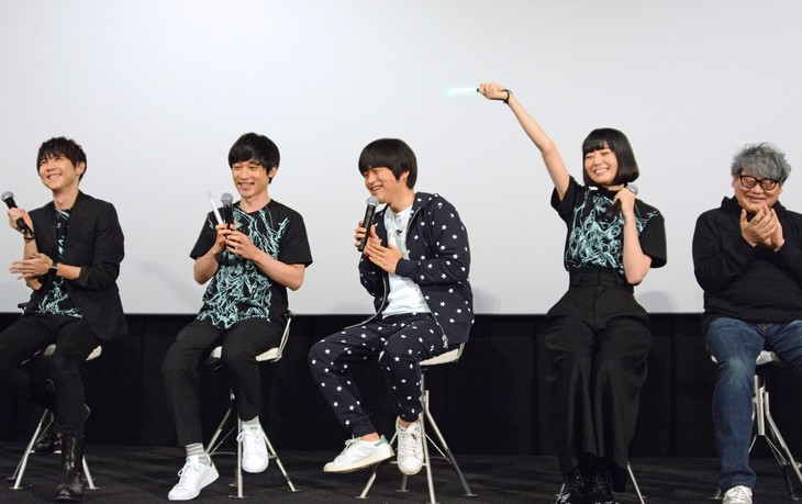 左から梶裕貴、小出祐介、バカリズム、夢眠ねむ、水島精二監督。