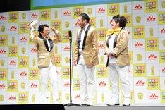 藤田弓子のお面を取る中川家・剛(左)。