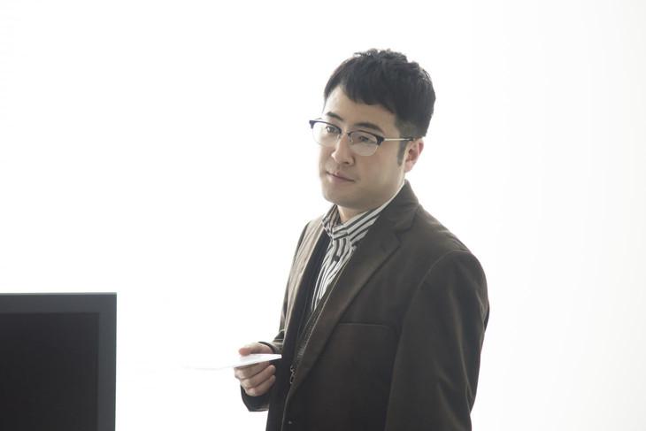 映画「家族のはなし」でバンドのプロデューサー役を演じる和牛・水田。