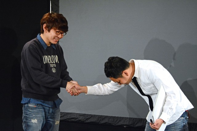鬼ヶ島・アイアム野田(右)にポイントを与える三四郎・小宮(左)。
