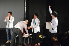 優勝が決定した瞬間の三四郎・相田(右端)。