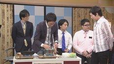 スーパーマラドーナ武智がインスタントラーメンを調理する場面。(c)CBC