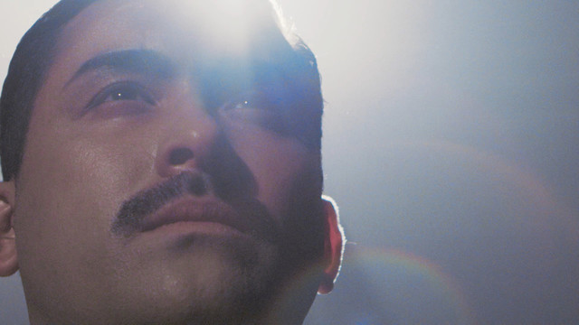 「うれD」のプロモーションビデオに登場する、うれD・マーキュリー(デニス植野)。