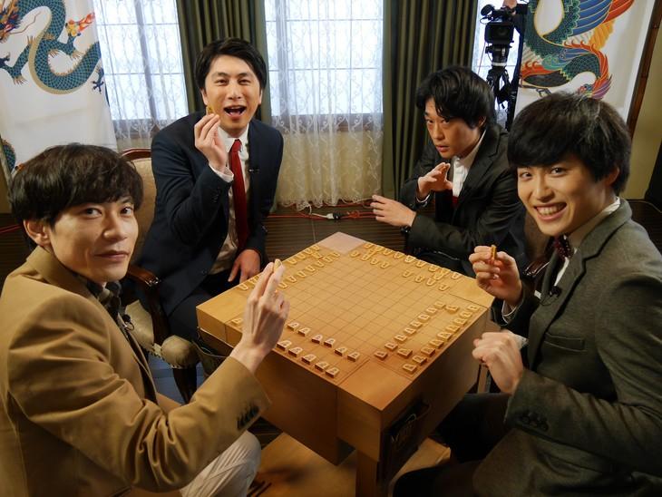 「四神将棋」に参加する芸人たち。(c)BSフジ