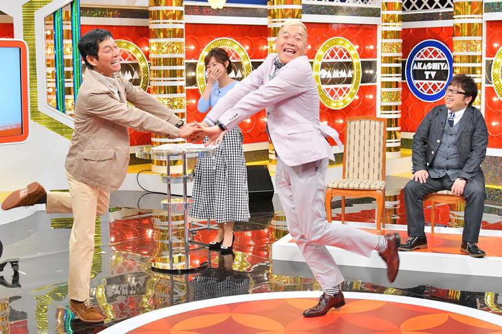 MCの明石家さんま(左)とキャイ~ン・ウド鈴木(右)。(c)MBS