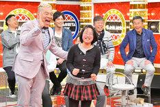キャィ~ン・ウド鈴木(左)とその大ファンの松川洵子さん(右)。(c)MBS