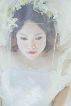 小顔メイクを施され、花嫁姿になったフォーリンラブ・バービー。