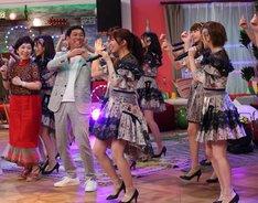 明石家さんまがAKB48らと共に踊るワンシーン。(c)NHK