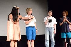 """""""B""""を譲り合うガンバレルーヤよしこ(左端)と尼神インター誠子(右から2人目)。"""
