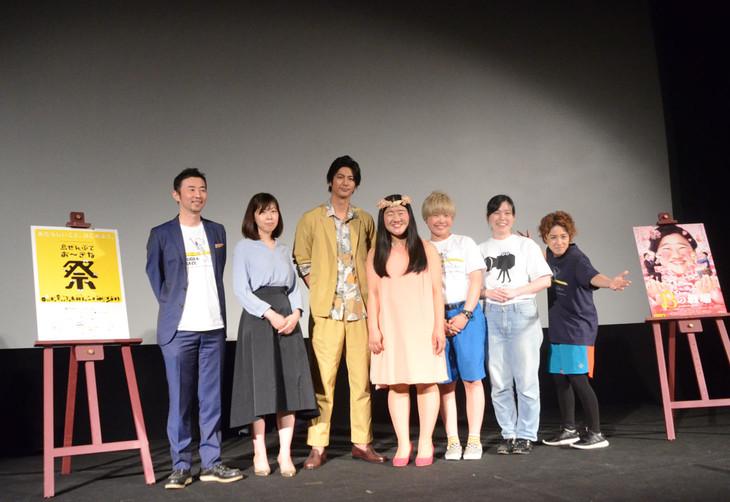 舞台挨拶に登壇したお~い!久馬、並木道子監督、速水もこみち、ガンバレルーヤ、尼神インター(左から)。