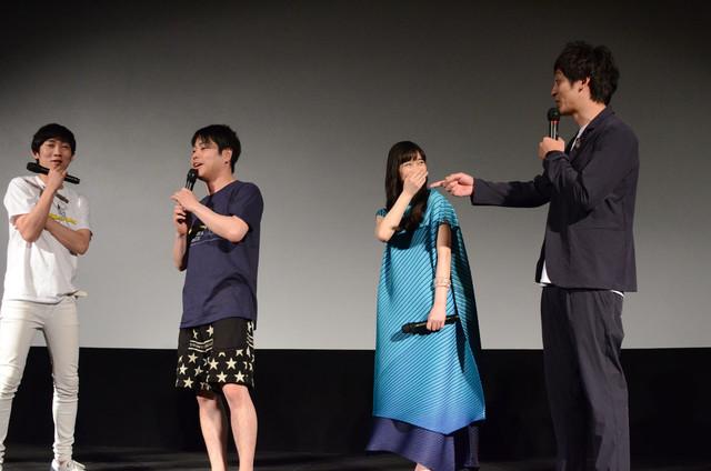 井上裕介の格好を「TSUTAYA返すとき」と例える村田秀亮(右)。