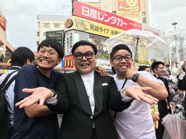 笑顔でレッドカーペットに登場したミキととろサーモン久保田(中央)。