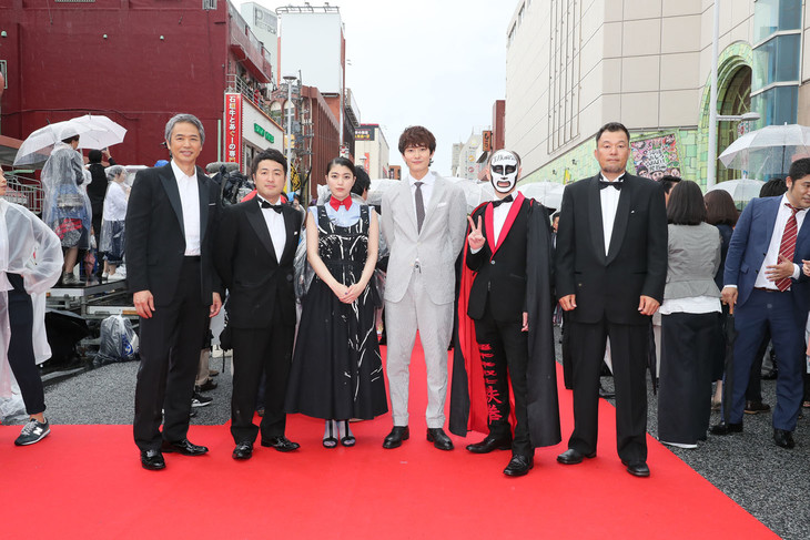 映画「家族のはなし」より、左から時任三郎、和牛・水田、成海璃子、岡田将生、鉄拳、山本剛義監督。