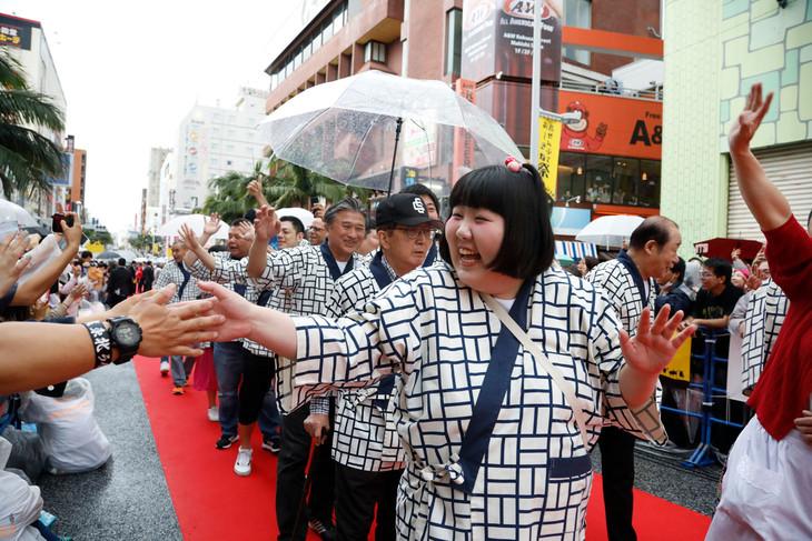 「島ぜんぶでおーきな祭 第10回沖縄国際映画祭」のレッドカーペットを歩く吉本新喜劇メンバー。