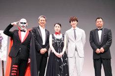 舞台挨拶に登場した(左から)鉄拳、時任三郎、成海璃子、岡田将生、山本剛義監督。