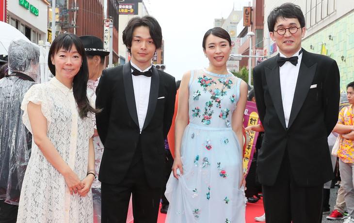 「島ぜんぶでおーきな祭」のレッドカーペットに登場した(左から)大九明子監督、中村倫也、黒川芽以、シソンヌじろう。