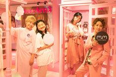 「moreru mignon」舞浜イクスピアリ店のフォトスポットで撮影する尼神インターとガンバレルーヤ。