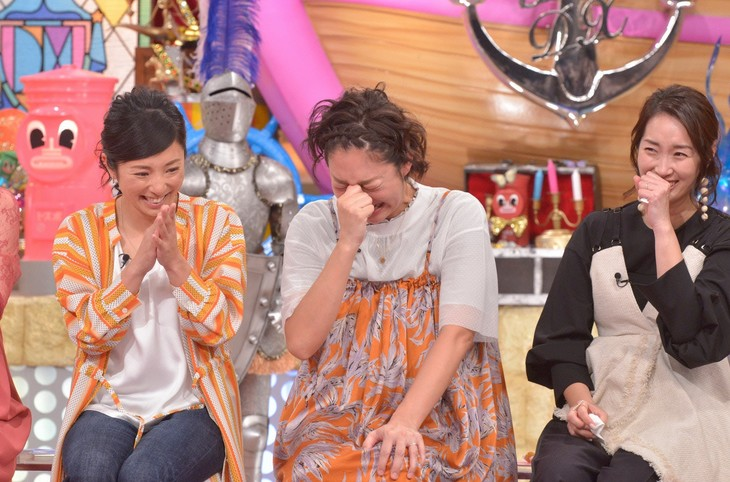 大泣きする北陽・虻川(中央)。(c)読売テレビ