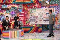 ケンドーコバヤシ(右)が「HUNTER×HUNTER」を解説するワンシーン。(c)テレビ朝日