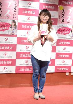 山口智子を意識した衣装。細身のパンツに大きめのシャツがポイント。
