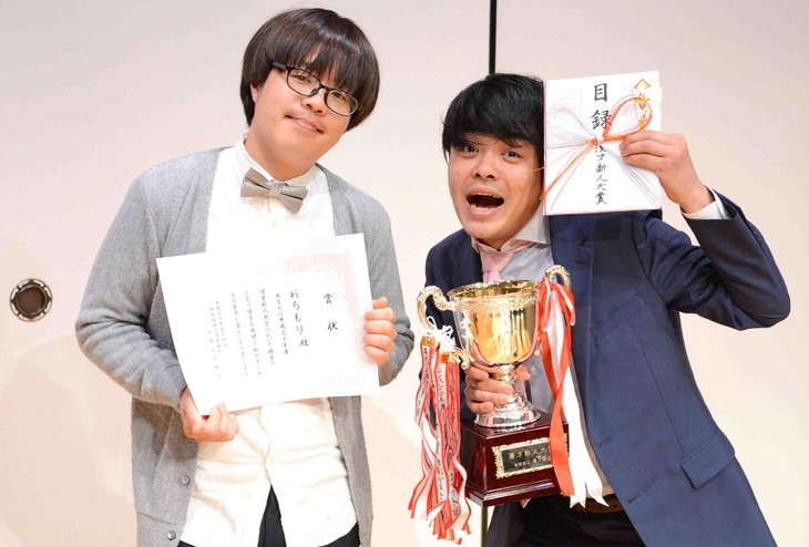 「平成30年度 漫才新人大賞」で優勝したおちもり。左から森佳樹、越智悠介。