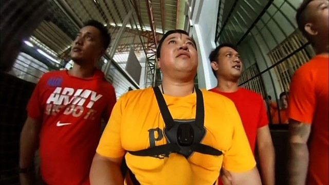 「行けるトコまで接近中」でフィリピンの刑務所にて24時間潜入取材を敢行する、スギちゃん(中央)。(c)テレビ朝日