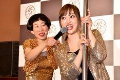 ポールダンスに挑戦する菊地亜美(右)と、そのマイクフォローをする牧野ステテコ(左)。