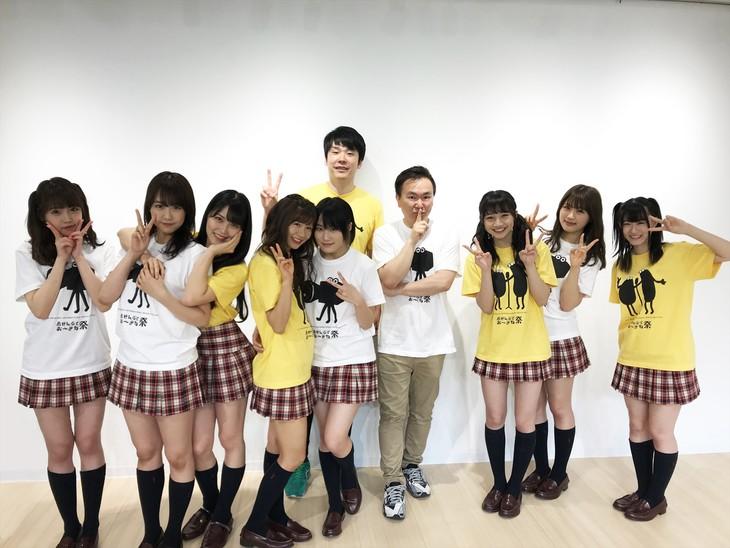 「NMBとまなぶくん~沖縄課外授業SP~」に出演する、かまいたちとNMB48。(c)関西テレビ