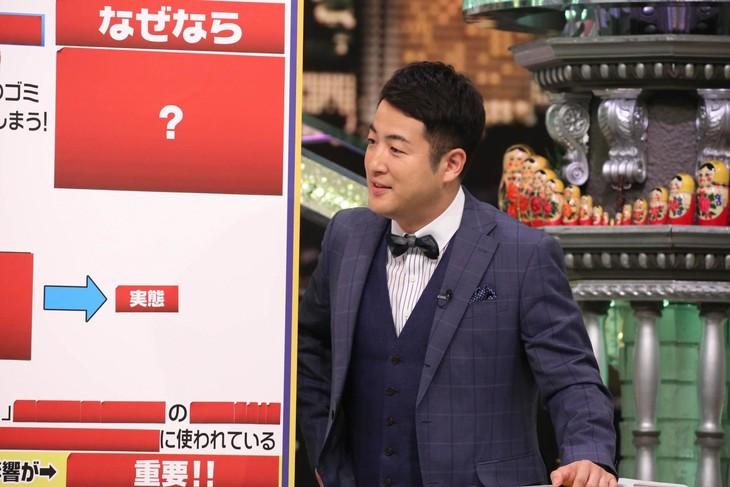 「全力!脱力タイムズ」にて、日本の食文化が直面している問題を解説する和牛・水田。(c)フジテレビ