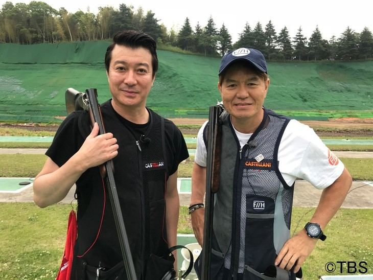 「炎の体育会TV」のクレー射撃企画で共演する(左から)極楽とんぼ加藤、ヒロミ。