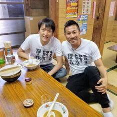 千原ジュニア(左)と助っ人の前園真聖(右)。(c)テレビ東京