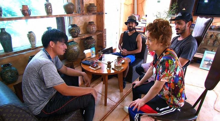 「相席食堂」で沖縄県うるま市の宮城島を訪れる、尼神インター渚(手前右)。(c)ABC