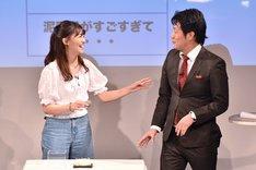 4歳のときに作ったという泥団子を手にする小嶋真子(左)。
