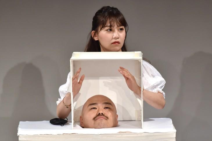 小嶋真子(AKB48)のファンの集いで行われた箱の中身を当てる企画で、箱の中身として出現する安田大サーカス・クロちゃん。