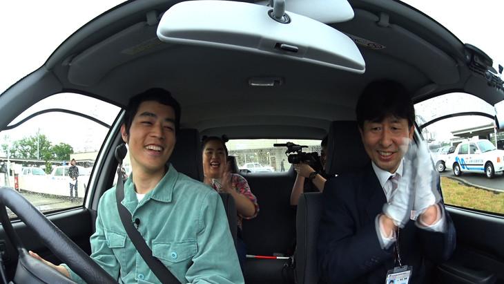 「R-1ぐらんぷり2018優勝者特番 濱田祐太郎のした事ないこと!」にて、自動車教習所で運転を体験する濱田祐太郎(手前左)。後部座席にゆりやんレトリィバァも同乗している。(c)関西テレビ