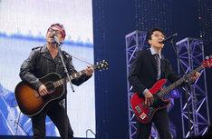 東京03角田(左)と大竹マネージャー(右)。(c)テレビ東京