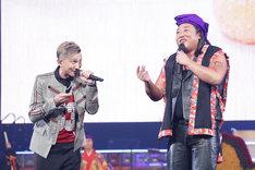 ISSA(左)と「琉球の華」を歌うロバート秋山(右)。(c)テレビ東京