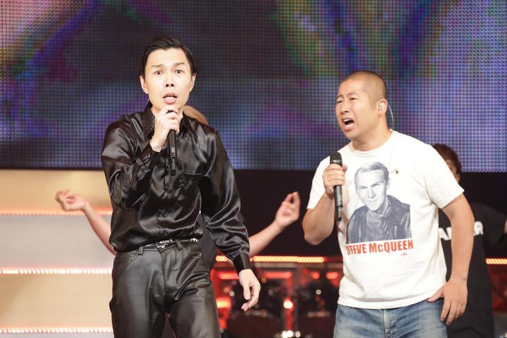 横浜アリーナのステージでマジ歌を披露するハライチ。(c)テレビ東京