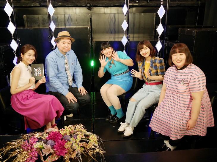 左から曽田茉莉江、鈴木おさむ、3時のヒロイン。(c)BSフジ