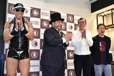 記者取材会に登場して笑顔を見せる(左から)レイザーラモンHG、山田ルイ53世、ジョイマン。