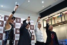 乾杯する(左から)レイザーラモンHG、山田ルイ53世、ジョイマン。