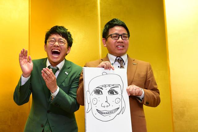 """""""まみちゃん""""の似顔絵を披露するミキ昴生(右)と爆笑する亜生(左)。"""