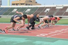 ペナルティ・ワッキー、レイザーラモンRG、守谷日和は扮装して2.25m走に挑む。(c)MBS