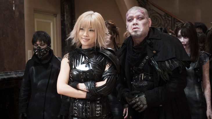 「牙狼<GARO>神ノ牙-KAMINOKIBA-」より、野性爆弾くっきー演じるボエル(手前右)。