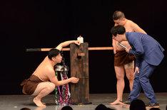 こわだった部分を説明するチョコレートプラネット長田(左)。